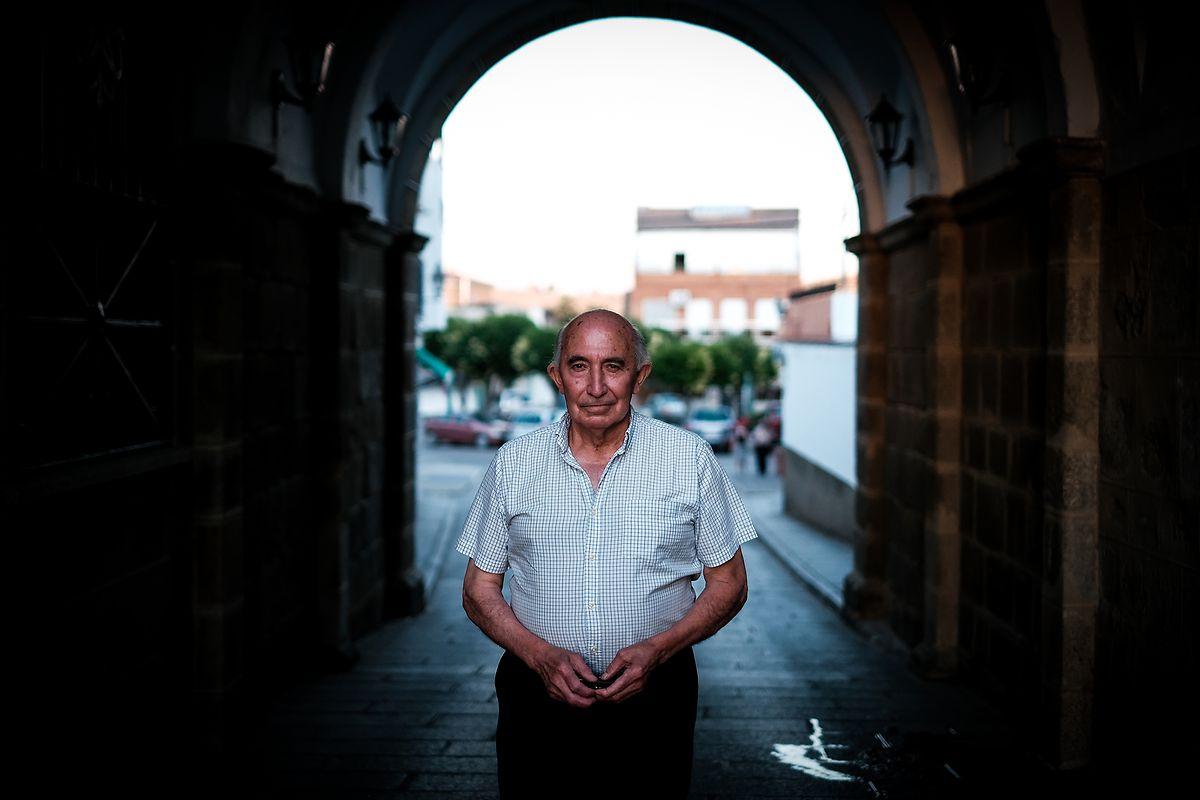 Manuel Magro, que todos tratam por Manolo, diz que foram as barragens que roubaram a riqueza e o povo de Alcântara, na Extremadura.