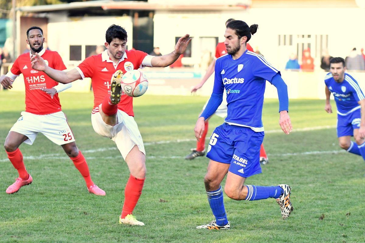 Paulo Arantes intervient devant Kevin Nakache dans le derby de la capitale.
