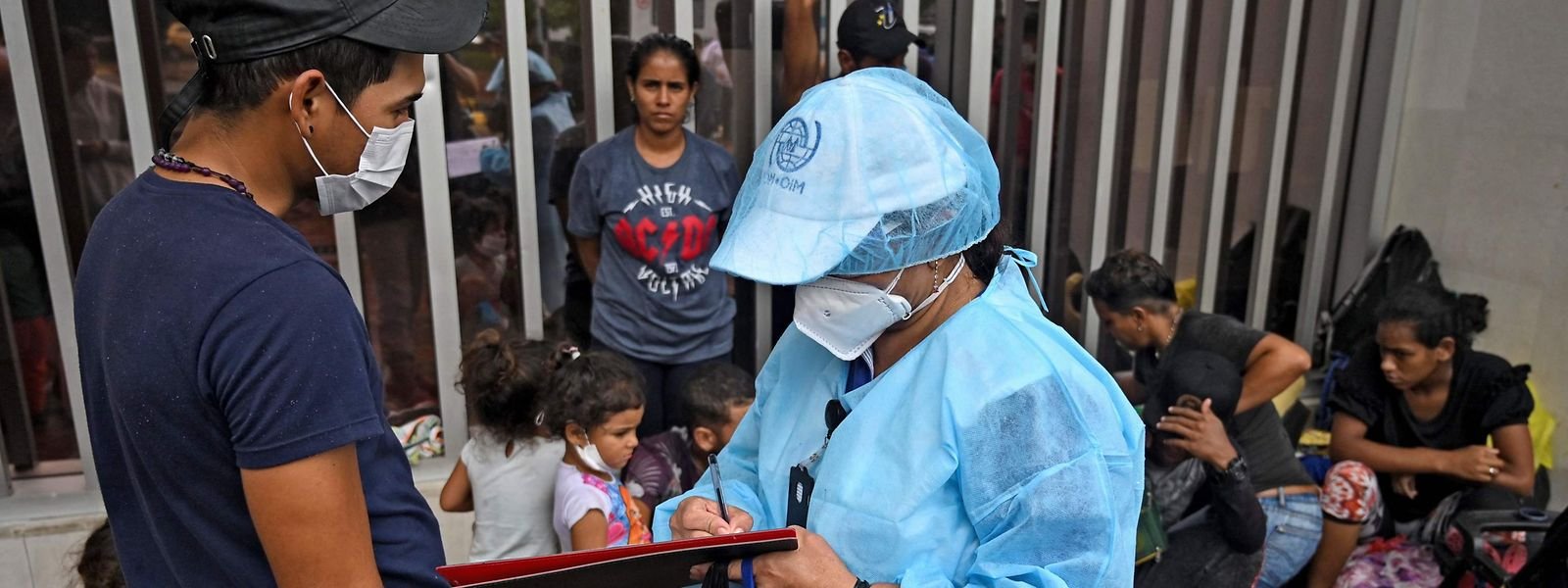 Venezolanische Migranten in Kolumbien lassen sich auf das Corona-Virus testen.