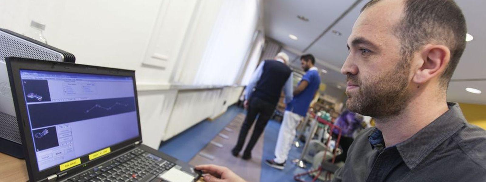 Grâce à un système électronique relié à un tapis de marche long de six mètres, Jean-Paul Steinmetz peut analyser les mouvements de marche et les comparer avec ce qui se passe dans le cerveau de la personne qui se trouve sur le tapis.