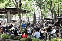 Auf der Place d'Armes wurden die Sitzbänke vorübergehend abmontiert. Dies ermöglicht es den dort ansässigen Restaurants, ihre Terrassenfläche zu vergrößern.