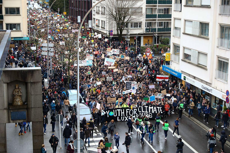 Laut Polizei sollen rund 7.500 Schüler auf den Straßen der Hauptstadt unterwegs gewesen sein. Die Organisation selbst spricht von circa 15.000 Teilnehmern.