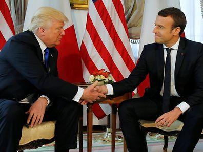 US-Präsident Donald Trump und der französische Präsident Emmanuel Macron beim Händedruck in Brüssel.