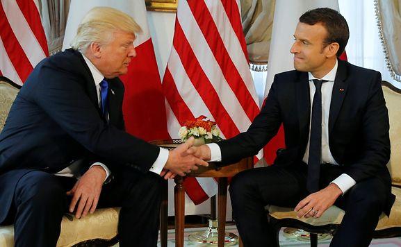 Macron wollte sich mit langem Händedruck bei Trump Respekt verschaffen