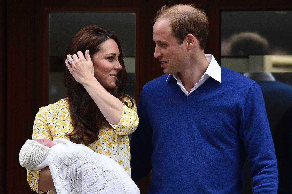 Herzogin Kate und Prinz William sind bereits Eltern von zwei Kindern. Das Foto zeigt sie nach der Geburt  ihrer Tochter im Mai 2015.