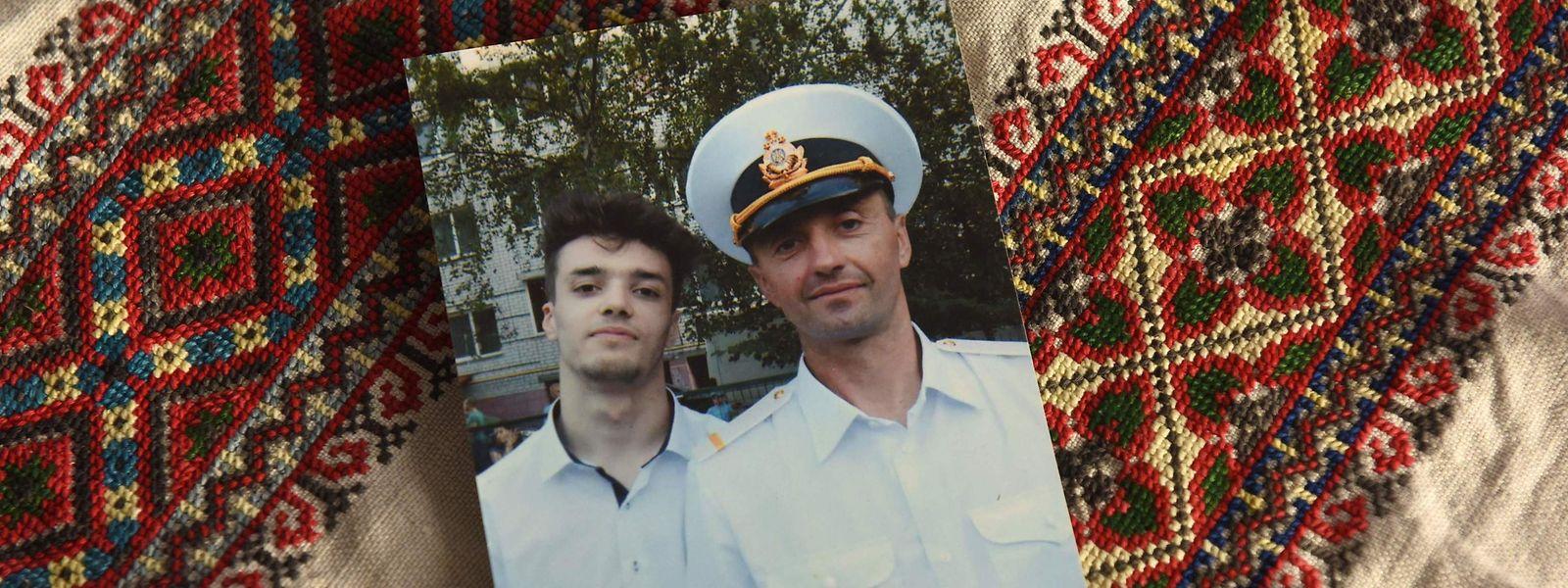 Photo de famille. Andriy Oprysko (à droite), 47 ans, l'un des 24 marins ukrainiens détenus par la Russie.