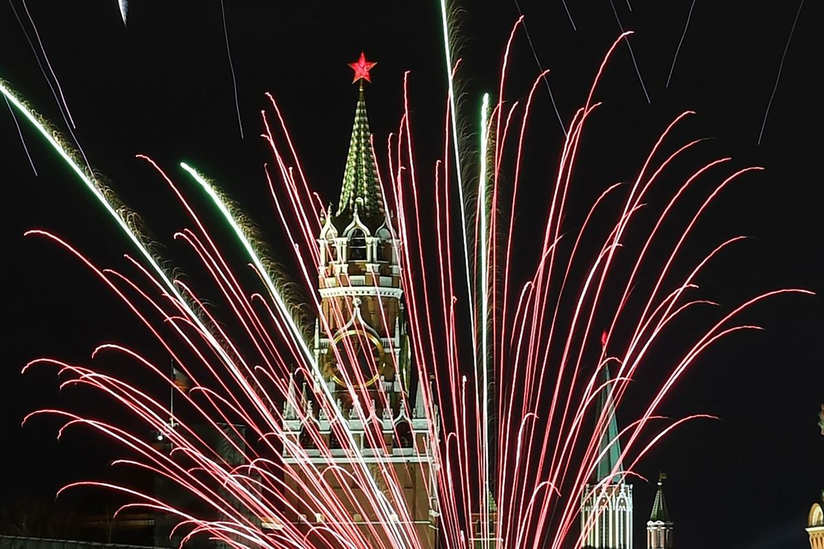 Le Kremlin illuminé par les feux d'artifice à Moscou en Russie