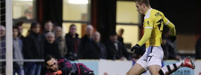 David Turpel (F91) will Fola-Torhüter Thomas Hym erneut überwinden.