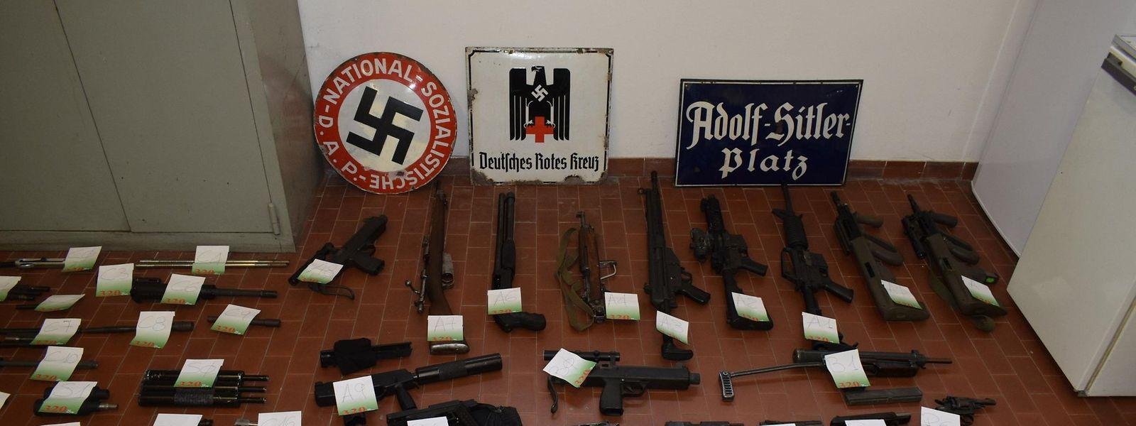 Ein Teil der sichergestellten Waffen und Waffenkomponenten.
