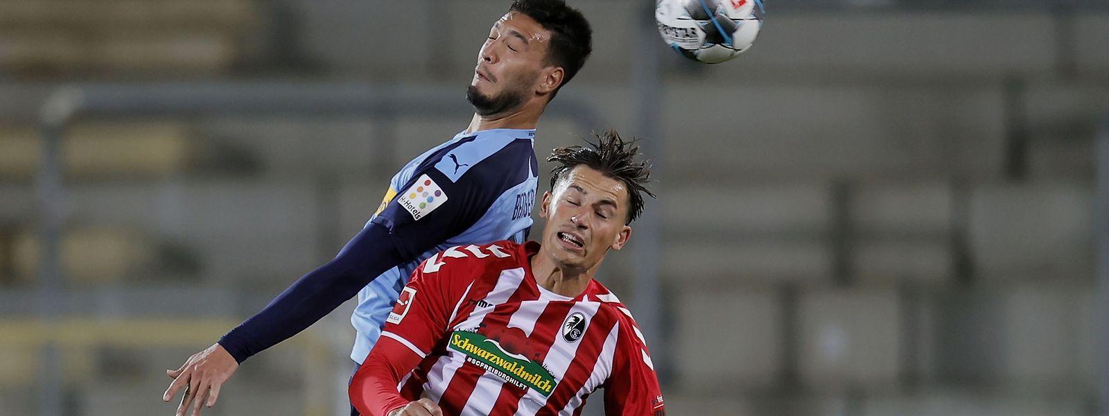 Ramy Bensebaini (l.) und Freiburgs Robin Koch kämpfen um den Ball.