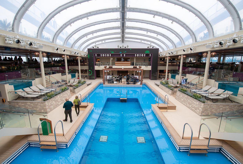 Das Dach dieses Poolbereichs lässt sich nicht öffnen, bietet dafür aber Schutz bei Regenwetter.