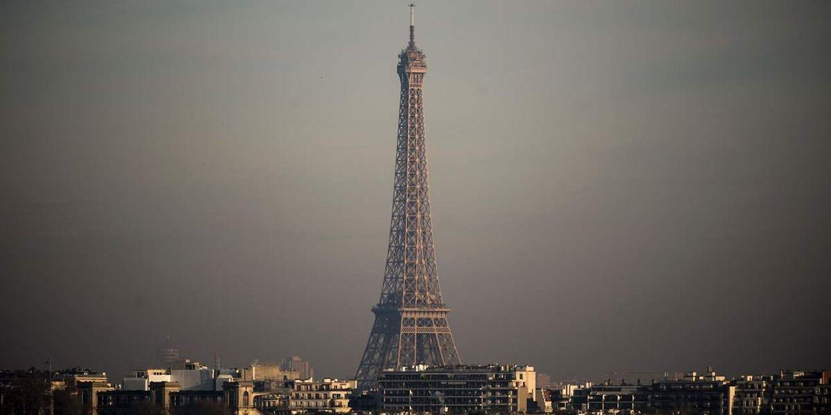 Der Eiffelturm im Smog: Paris macht die Luftverschmutzung arg zu schaffen.
