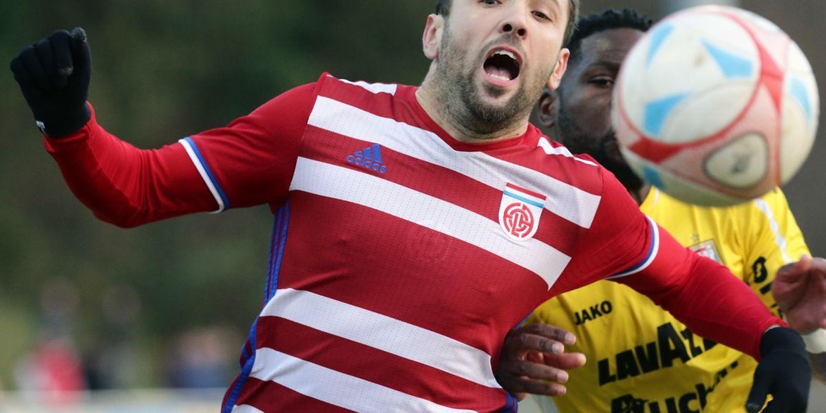 Muharemovic grimace sous la pression de Dikaba, mais le Fola a fait souffrir Dudelange, inscrivant deux buts au champion en titre.