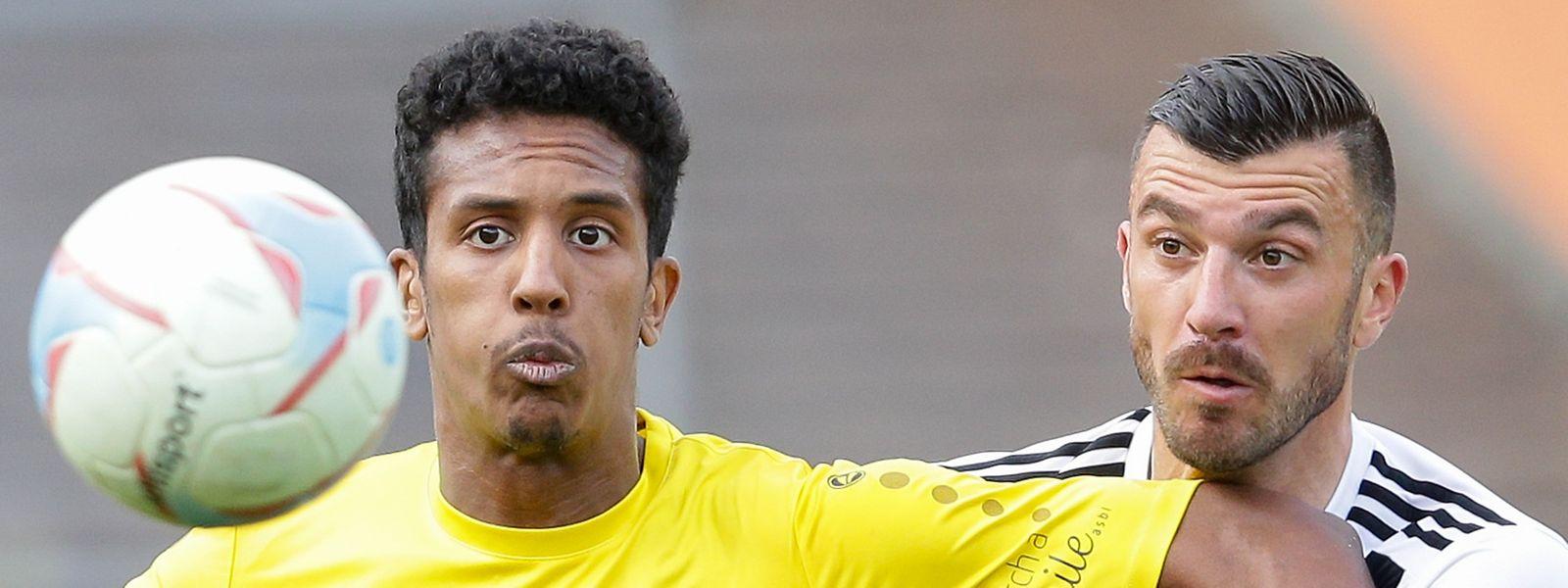 Mohcine Hassan (F91 Dudelange) e Xavier Tomas (Jeunesse) disputam a bola no encontro da jornada 26, a 8 de maio.