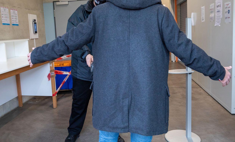 A l'entrée du bâtiment, les vigiles vérifient que personne ne porte de couteau ou autre objet pouvant mettre à mal la sécurité des bénéficiaires et bénévoles.