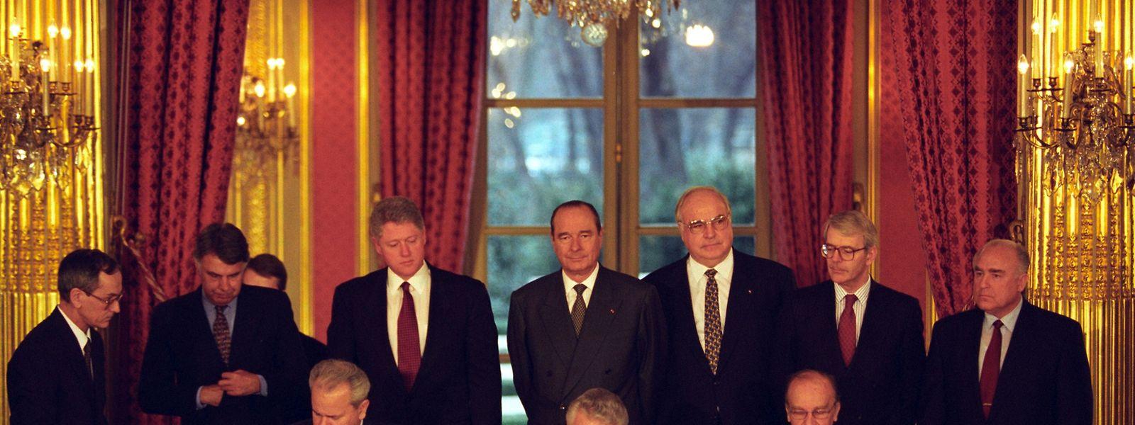 Das Abkommens von Dayton, das am 21. November 1995 in der Wright-Patterson Air Force Base bei Dayton (Ohio) paraphiert worden war, wird am 14. Dezember 1995 im Pariser Außenministerium unterzeichnet. Der serbische Präsident Slobodan Milosevic, der kroatische Präsident Franjo Tudjman und der bosnisch-herzegowinische Präsident Alija Izetbegovic leisten dabei ihre Unterschrift, während die Präsidenten und/oder Regierungschefs Felipe Gonzales (Spanien), Bill Clinton (USA), Jacques Chirac (Frankreich), Helmut Kohl (Deutschland), John Major (Großbritannien), und Wiktor Tschernomyrdin (Russland) der Zeremonie zuschauen (v.l.n.r.).