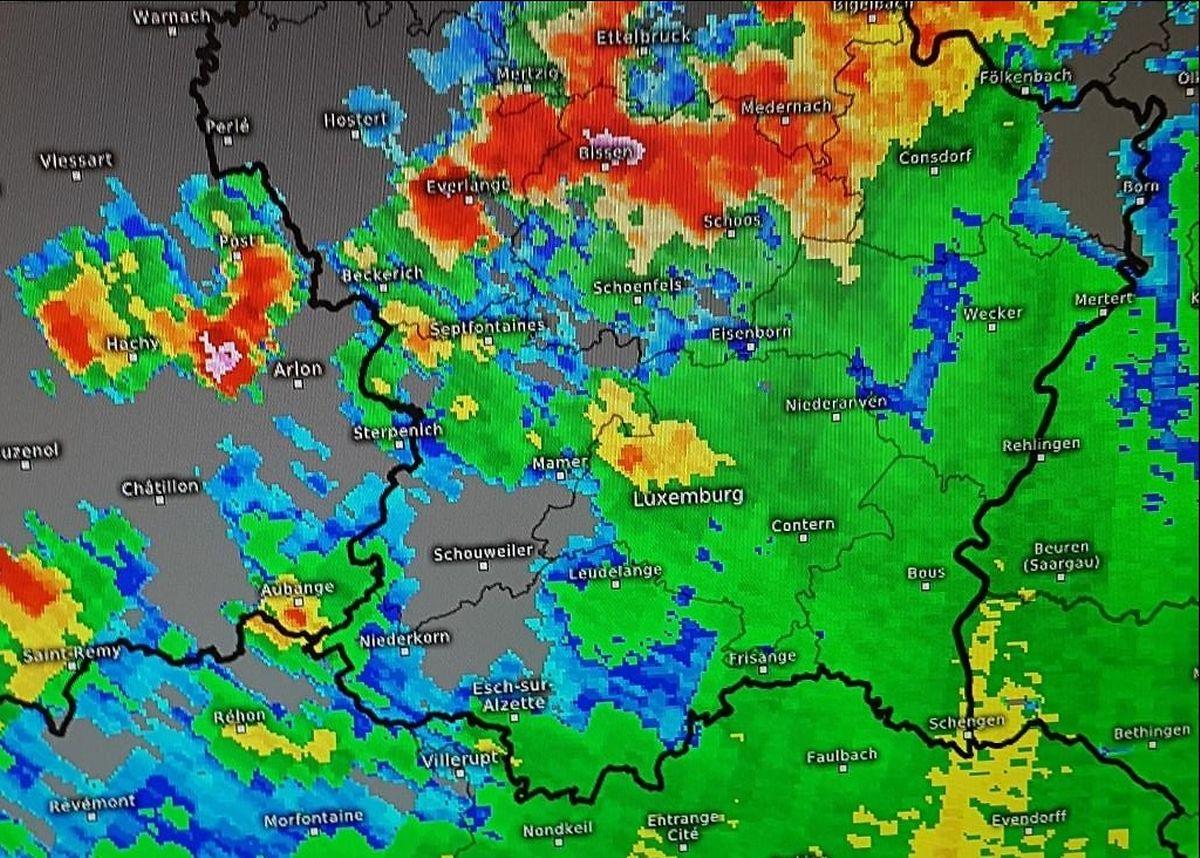 Der Starkregen (rot) zog vor allem über das nördliche Zentrum Luxemburgs und die Region Müllerthal.