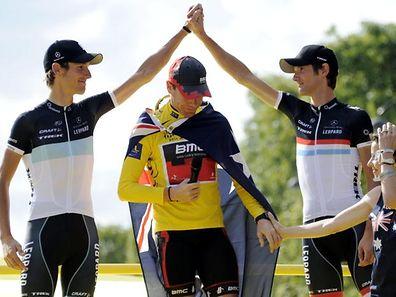 Tour de France 2011 - Schlusspodium Andy Schleck (Team Leopard-Trek), Cadel Evans (BMC-Racing) und Frank Schleck (Team Leopard-Trek) und Saengerin Tina Arena