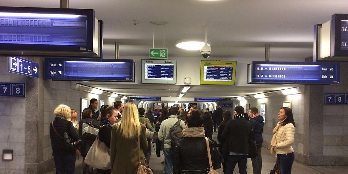 Les frontaliers attendent des informations en gare de Luxembourg.