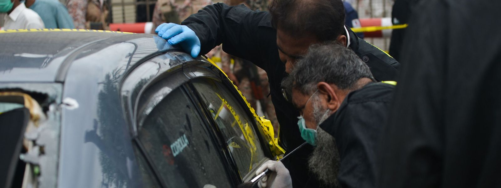 Ermittler untersuchen das Fahrzeug eines Schützen.