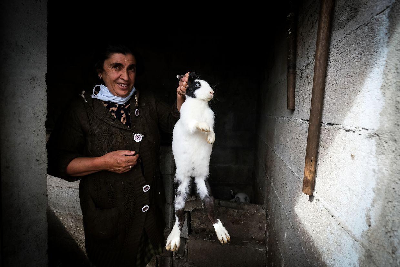 """Maria de Jesus exibe um dos seus coelhos e explica que não é capaz """"de matar um pássaro"""". (Rui Oliveira/Contacto)"""