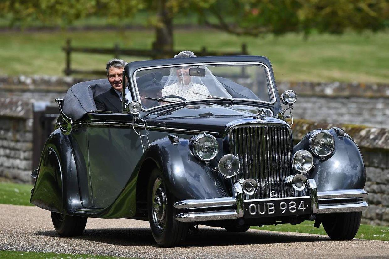 Pippa Middleton fährt mit ihrem Vater Michael Middleton in einem 1951er Jaguar Mk V vor.