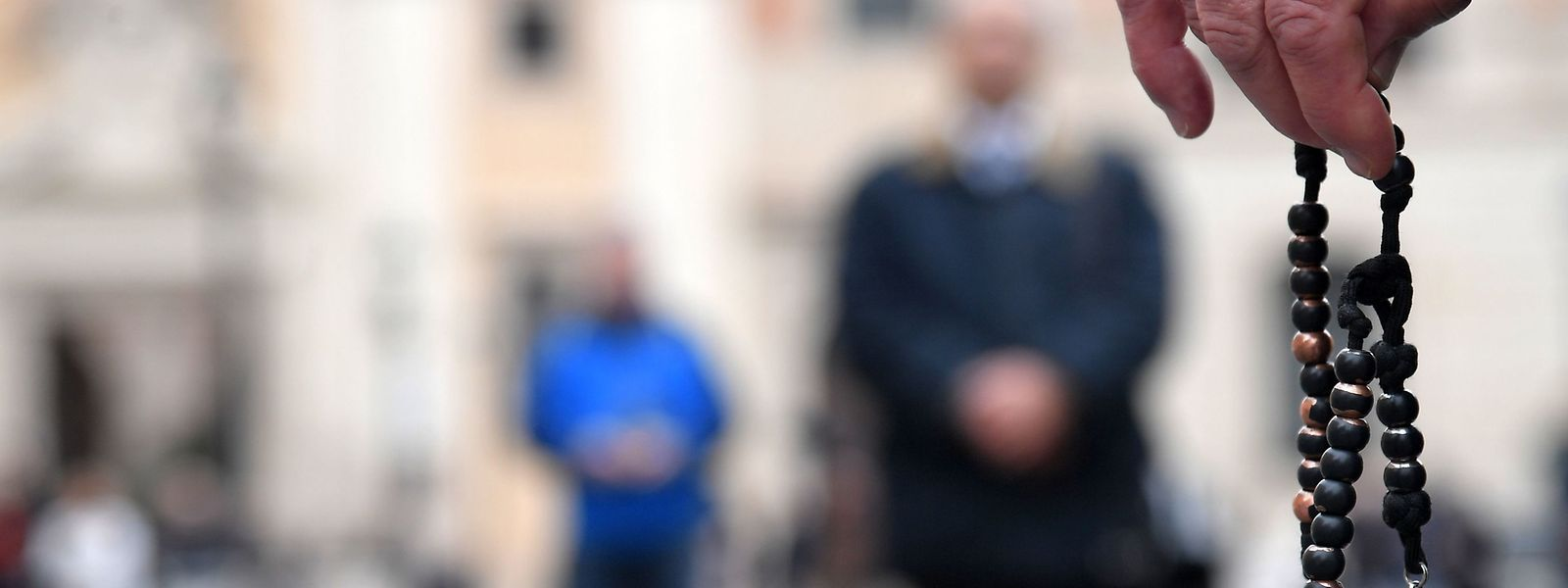 Des membres d'une coalition internationale connue sous le nom de «Acies Ordinata» manifestent sur la Piazza San Silvestro à Rome pour dénoncer le «mur du silence» érigé face au scandale de la pédophilie au sein de l'Eglise catholique, manifestation en amont d'un sommet sur ce sujet au Vatican.