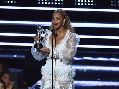 US singer Beyonce accepts an award on stage during the 2016 MTV Video Music Award at the Madison Square Garden in New York on August 28, 2016. / AFP PHOTO / Jewel SAMAD