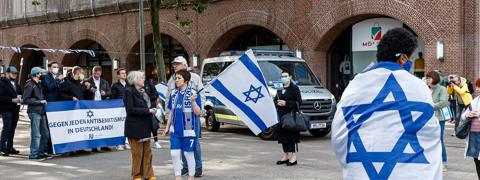 Nach einem antisemitischen Vorfall demonstrieren Menschen in Hamburg Anfang Oktober für Israel und gegen Antisemitismus.