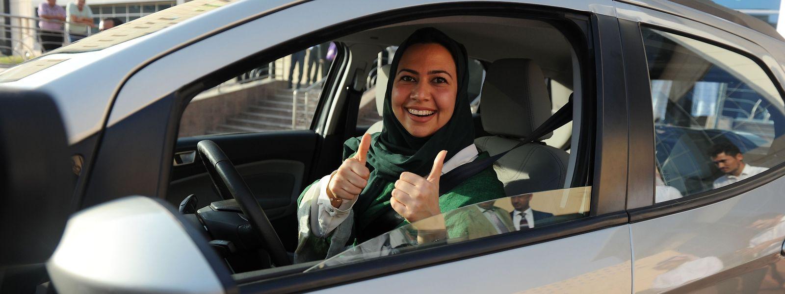 In den vergangenen Wochen wurden die ersten Führerscheine an Frauen ausgegeben.
