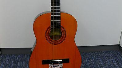 """Diese Konzertgitarre mit der Aufschrift """"TOTY"""" erwartet ihren Besitzer bei der Polizei."""