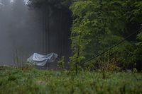 24.05.2021, Italien, Stresa: Die abgestürzte Gondel einer Seilbahn liegt mit einer Plane verdeckt neben einem Waldstück. Beim Absturz der Gondel einer Seilbahn am norditalienischen Lago Maggiore am 23.05.2021 haben mindestens 14 Menschen ihr Leben verloren. Foto: Piero Cruciatti/LaPresse via ZUMA Press/dpa +++ dpa-Bildfunk +++
