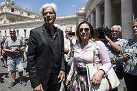 Pietro Orlandi (l.), Bruder der 1983 verschwundenen Emanuela Orlandi, spricht gemeinsam mit seiner Anwältin Laura Sgro (r.) mit Medienvertretern.