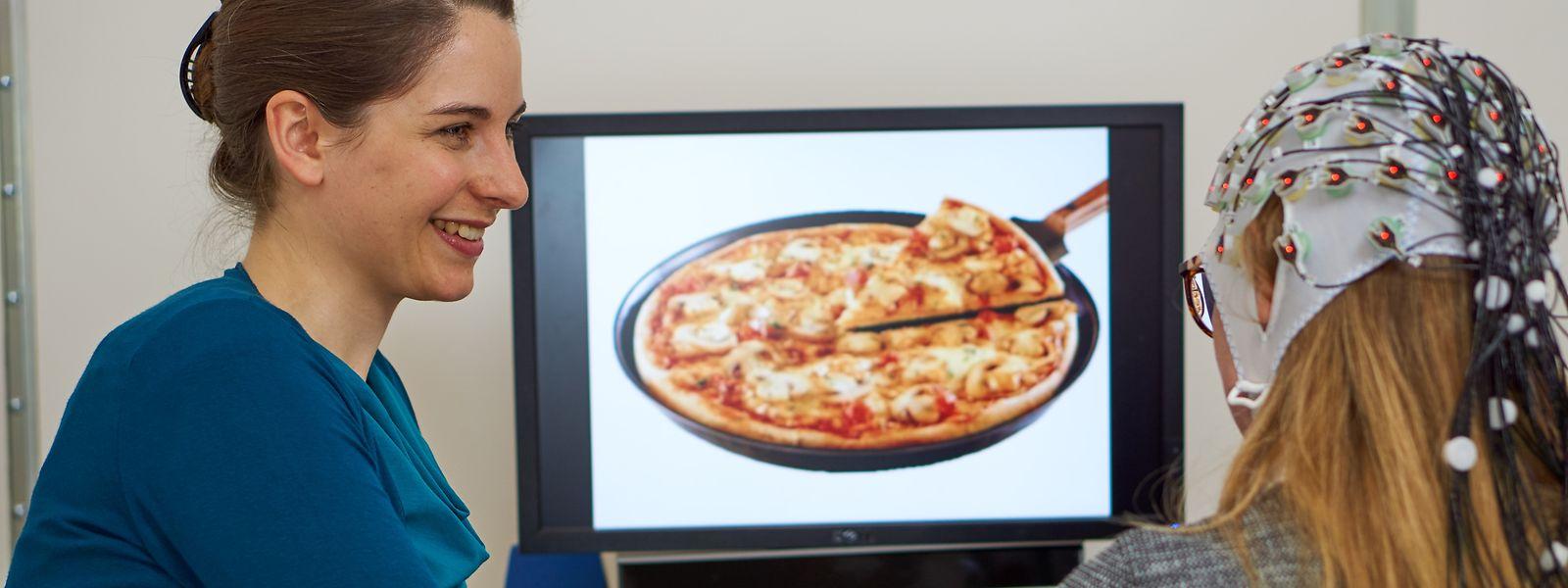 Annika Lutz (l.) untersucht dieGehirnaktivitäten von Probanden während diese am BildschirmLebensmittel ansehen.