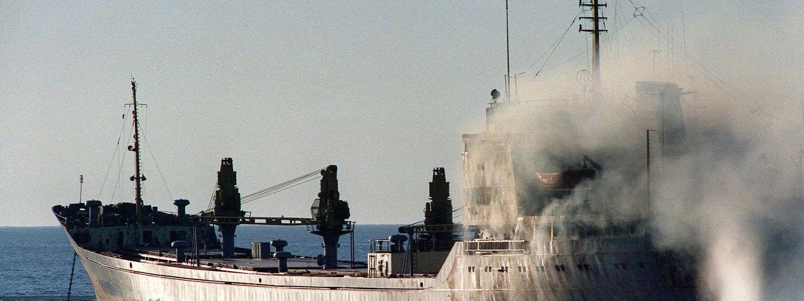 Während des ersten Golfkriegs beschoss ein iranisches Kriegsschiff am 23. November 1987 im Golf von Oman einen rumänischen Frachter. Das Foto zeigt, wie ein Schlepper ein Feuer auf dem Schiff zu löschen versucht.