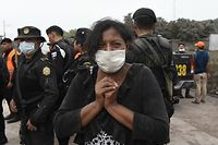 TOPSHOT - A woman cries for her missing relatives during the search for vicitms in San Miguel Los Lotes, a village in Escuintla Department, about 35 km southwest of Guatemala City, on June 4, 2018, a day after the eruption of the Fuego Volcano At least 25 people were killed, according to the National Coordinator for Disaster Reduction (Conred), when Guatemala's Fuego volcano erupted Sunday, belching ash and rock and forcing the airport to close. / AFP PHOTO / Johan ORDONEZ