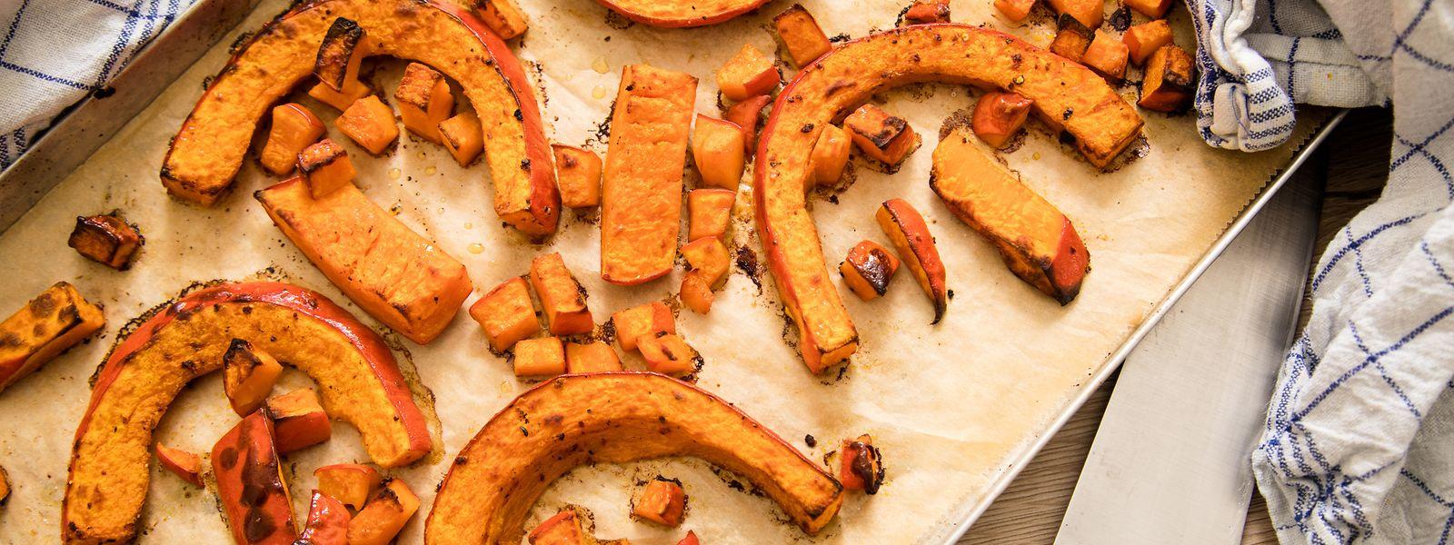 Wird das Fruchtfleisch des Kürbisses nicht gekocht, sondern im Ofen gebacken, verdunstet die Feuchtigkeit. So lässt sich die Masse etwa für die Zubereitung von Kürbis-Gnocchi besser verarbeiten.