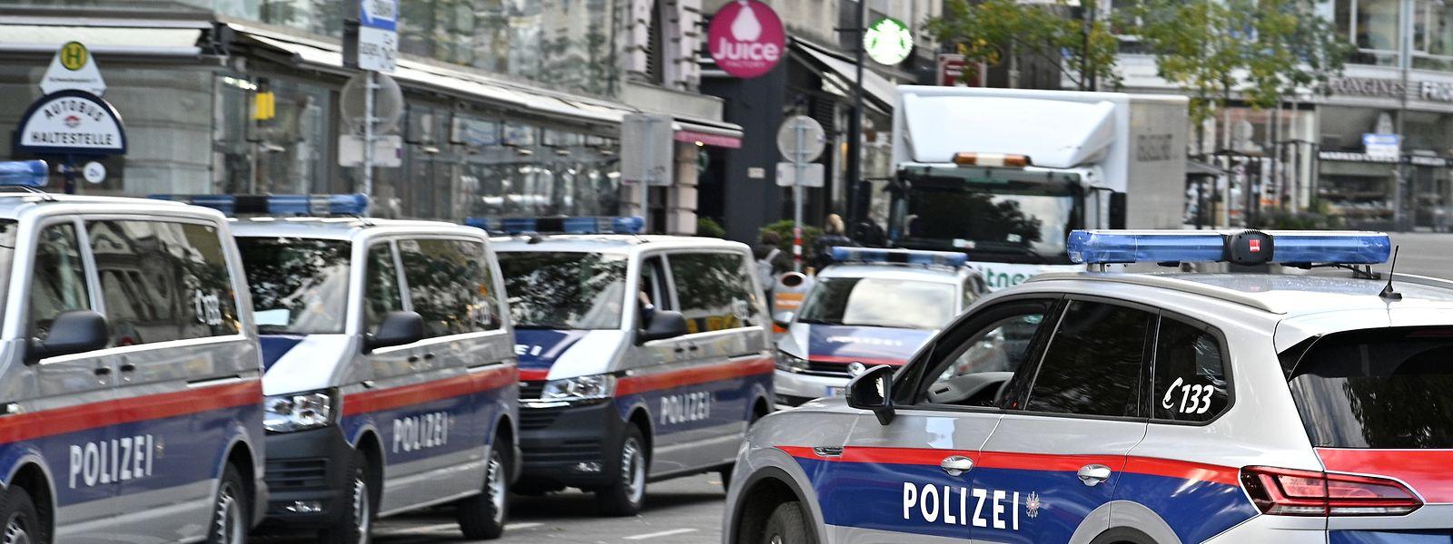 Nach dem Anschlag vom Vorabend blockieren Polizisten am Dienstag eine Straße im Wiener Stadtzentrum.