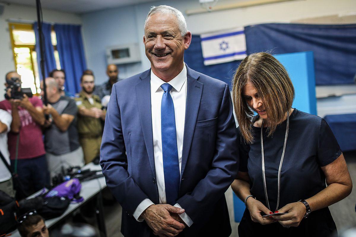 Benny Gantz, Kandidat des Oppositionsbündnisses Blau-Weiß, und seine Frau Revital bei der Stimmabgabe in Rosh Haayin.