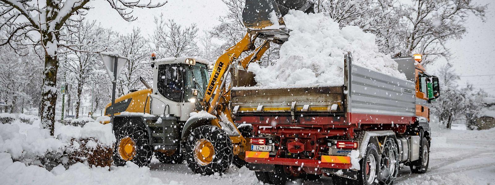 Schneeräumer im Einsatz in Lienz in Osttirol.