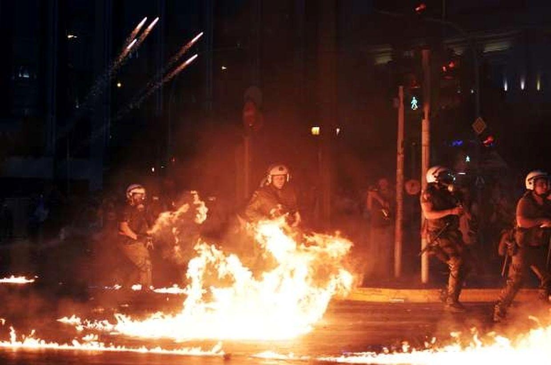 Les manifestants anti-austérité devant le parlement grec