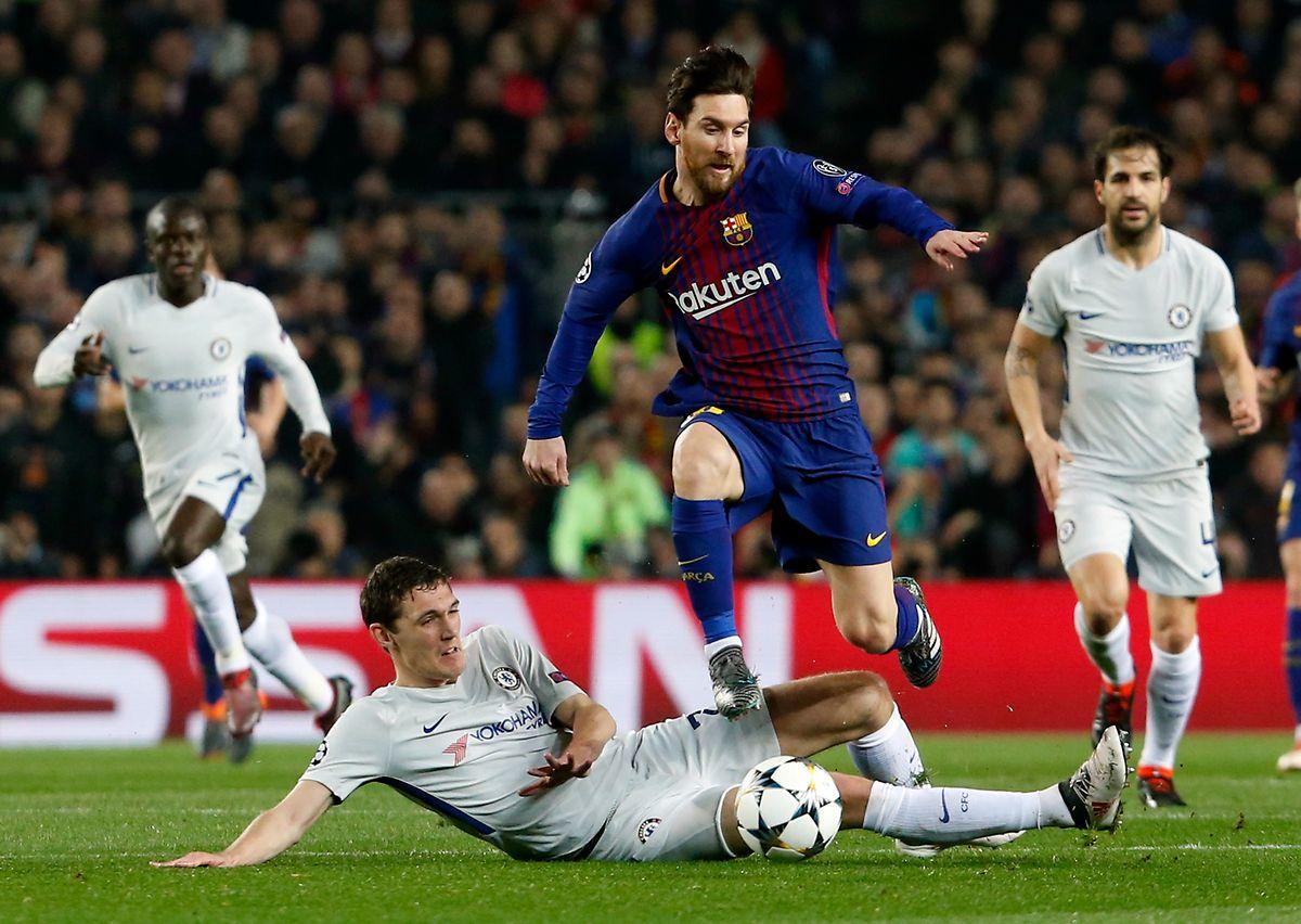 Le défenseur espagnol de Chelsea Cesar Azpilicueta (au sol) est complètement dépassé par Lionel Messi