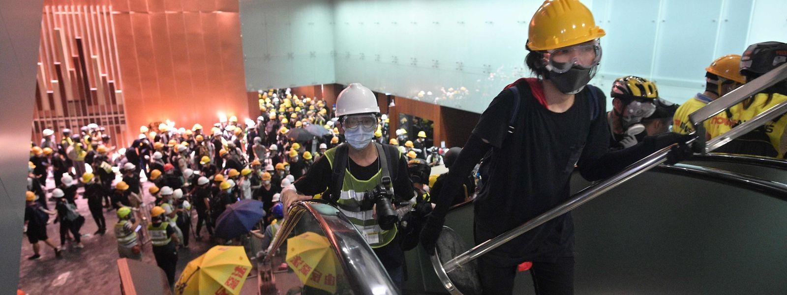 Demonstranten dringen in Regierungsgebäude von Hongkong ein.
