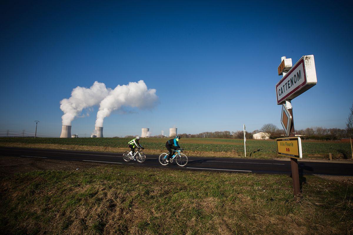 La proximité du Luxembourg et son attrait économique font que la zone autour de la centrale de Cattenom compte 253 habitants/km2. Contre une centaine autour de la plupart des centres de production nucléaire en France.