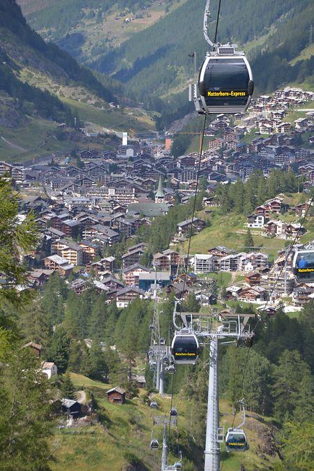 Aussicht genießen in den Gondeln des Matterhorn-Express.