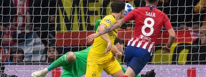 Saul Niguez trompe Roman Bürki sous le regard de Thomas Delaney. L'Atlético s'est relancé.