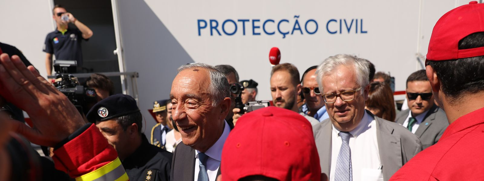 O Presidente da República, Marcelo Rebelo de Sousa, acompanhado pelo ministro da Administração Interna, Eduardo Cabrita, durante a visita esta manhã a Monchique
