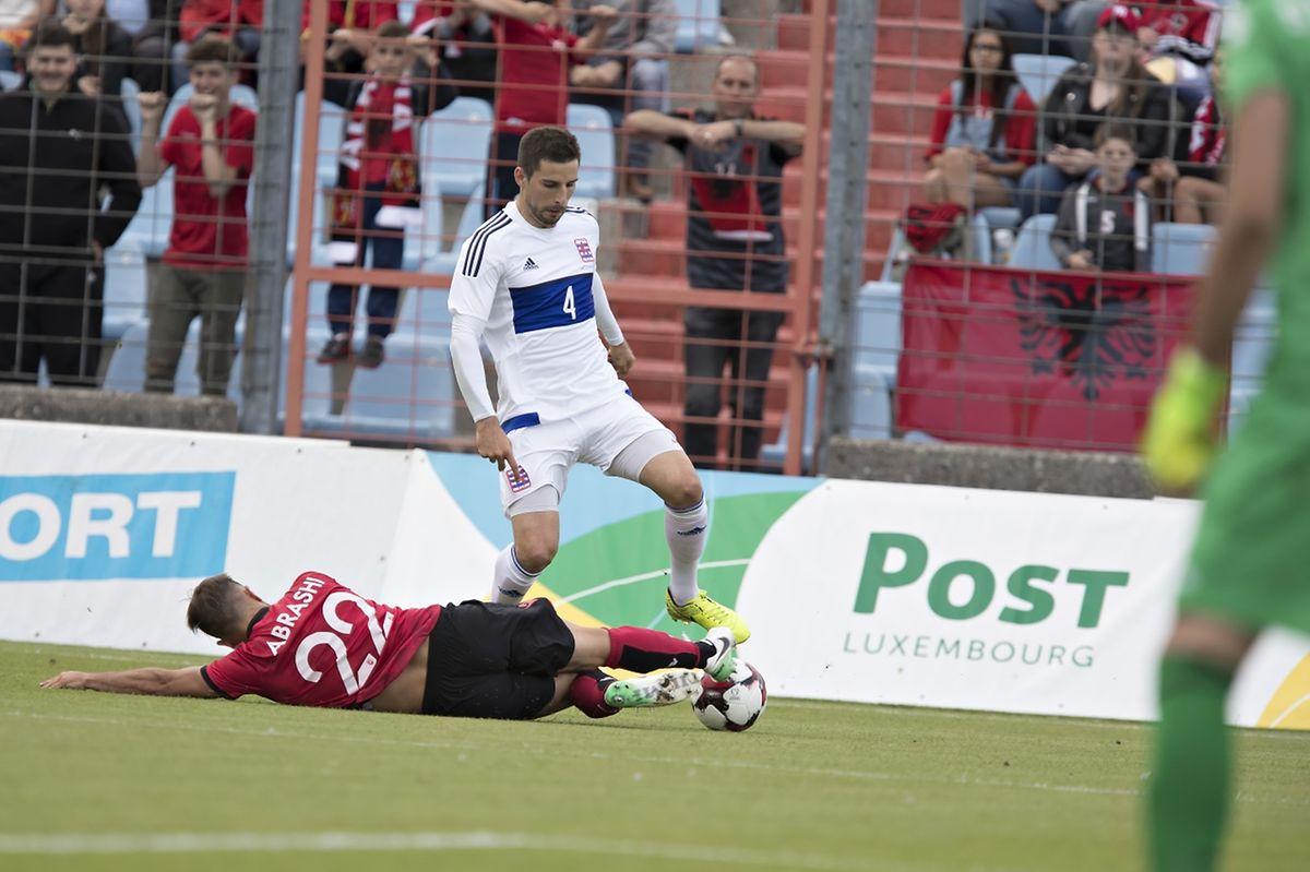 L'Albanais Amir Abrashi (n°22, au sol) tente de stopper la percée de Kevin Malget, buteur pour la première fois en 19 sélections