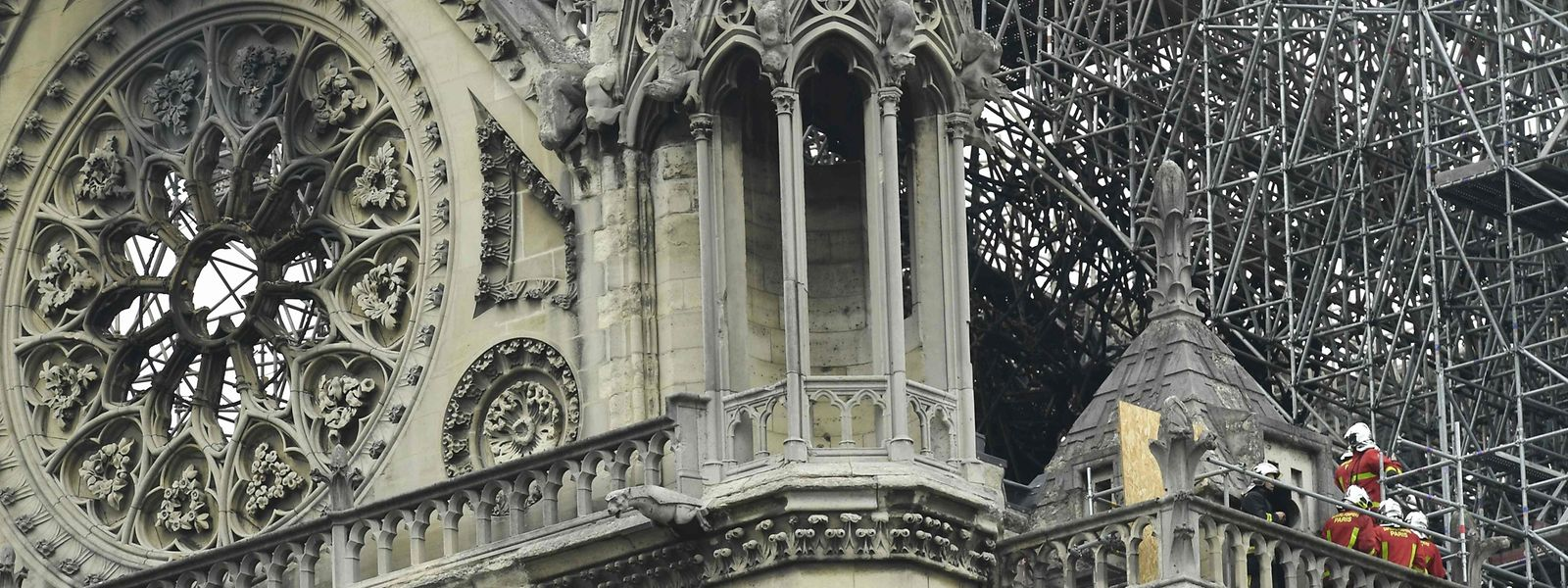 Quelques heures après l'incendie de la cathédrale, quelque 300 millions d'euros de dons ont d'ores et déjà été annoncés pour rénover Notre-Dame.