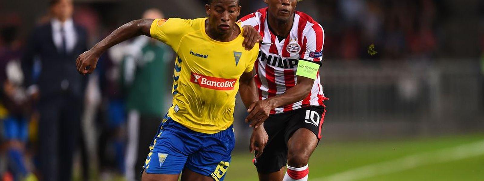 Seba, jogador do Estoril (de amerelo) tenta lançar mais um ataque da sua equipa